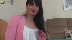 Arab grown up mom from the UK with hungry vagina